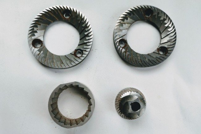 on the top a set of italian flat burrs on the bottom a set of conical steel burrs